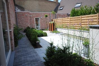 TuinOntwerpBureau De Keyser - Realisaties -Strakke binnentuin met waterspiegel - Maldegem